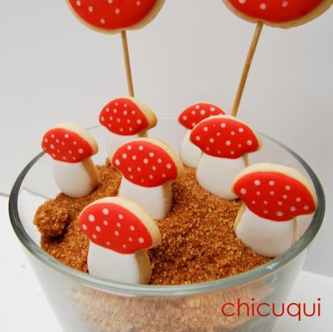 Seta amanita muscaria en galletas decoradas. Más ideas en chicuqui.com