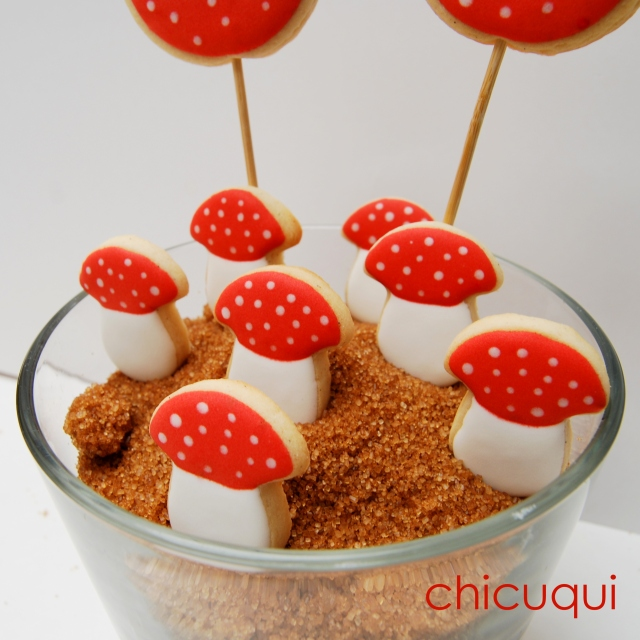 Seta amanita muscaria en galletas decoradas. Más ideas en chicuqui.com