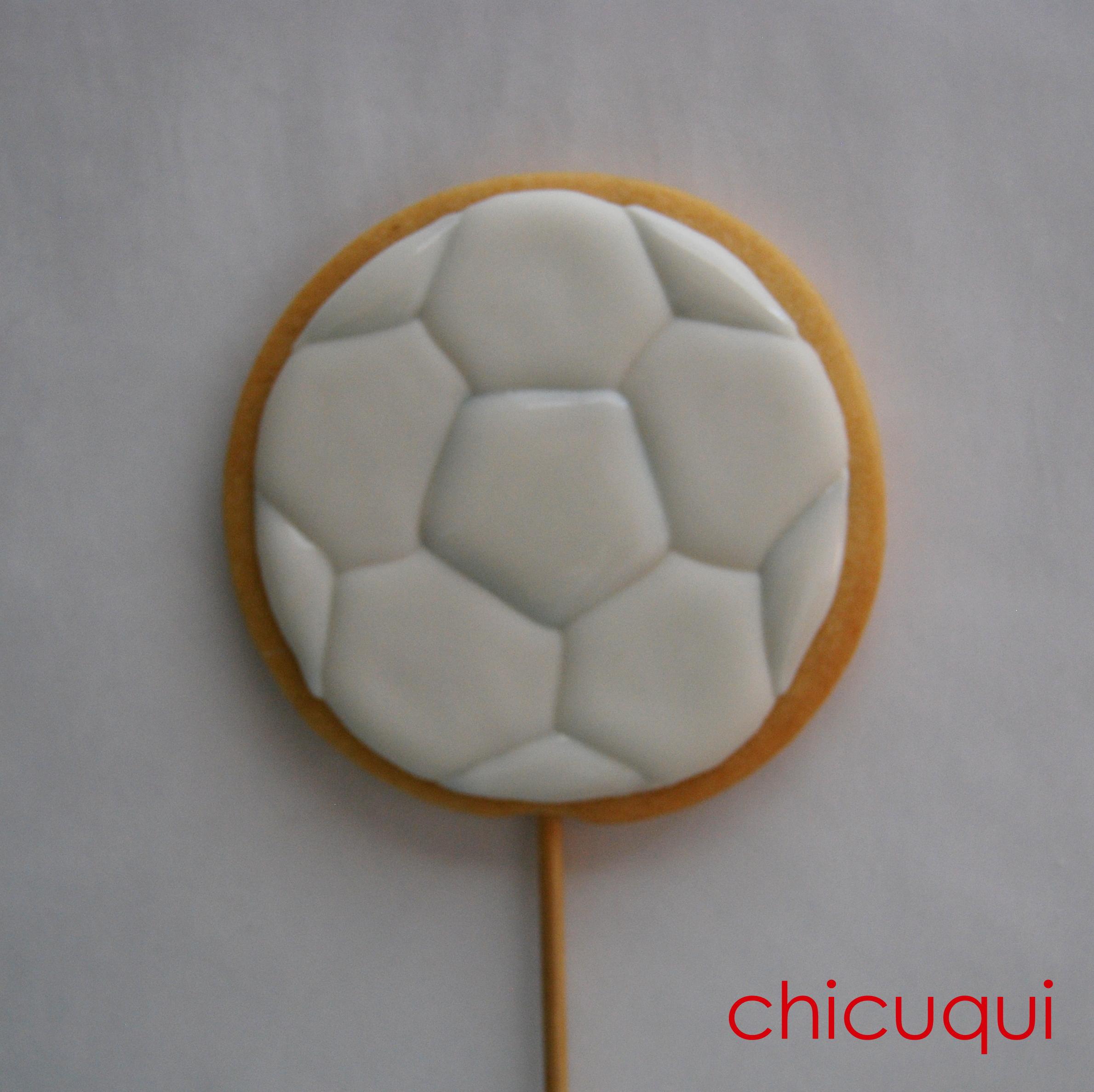 Un baln de futbol en galletas decoradas  chicuqui